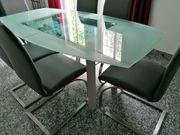 Ausziehbarer Esstisch mit massiver Glasplatte