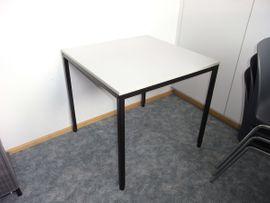 Büromöbel - Bürotisch und Stapelstühle