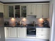 Hochwertige Küche mit Elektrogeräten im