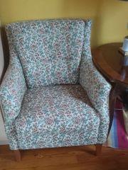 Sessel gepolstert mit Blumen