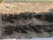 Erde teilweise mit Steinen - Aushub -
