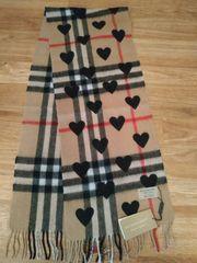 Burberry Schal mit schwarzen Herzen