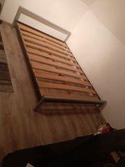 Metall-Bett mit Rost