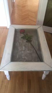 Wohnzimmertisch mit Glasplatte