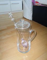 Edelsteinphiole in großer Glaskaraffe mit