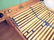 Massives Holzbett mit verstellbarem Lattenrost