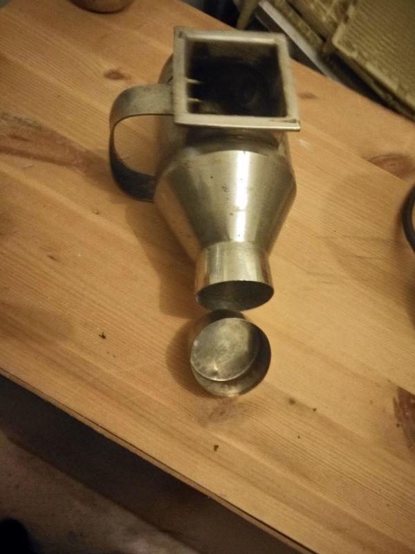 Antike Kaffeemühle mit Abfüllbehälter