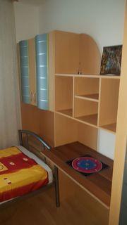 Verschiedene Möbel und Elektrogeräte