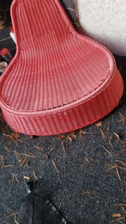 roter Plastiksitz Stuhl zu verschenken
