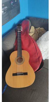 Konzertgitarre mit roter Ledertasche