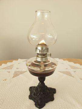 Lampe - Öllampe, petroleumlampe, Alt Mit eisernem Bein Glass Deko Glass .
