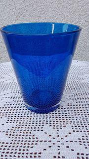 Neuwertige moderne Glasvase in leuchtendem