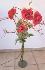 Deko-Rose mit beleuchteten Zweigen