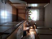 Küche mit Abzugshaube und Kühlschrank