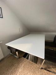 Esstisch mit Sitzbank und zwei
