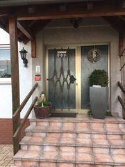 Haustür mit Aluminiumrahmen und Glaseinsatz