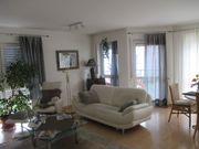 Weiße Couch mit Chromfüßen