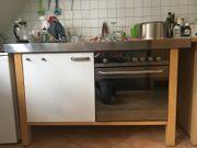 Küche mit Herd und Kühlschrank