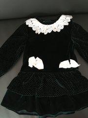 dunkelgrünes Velours-Kleid mit Spitzenkragen Gr