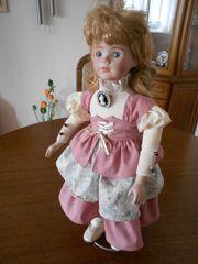 schön bekleidete Puppe