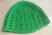 Sommerliche gehäkelte Mütze in grün