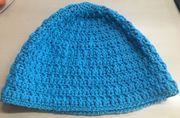 Sommerliche gehäkelte Mütze in blau