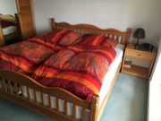 Massives Holzbett mit 2 Nachttischen