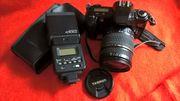 Canon Fotokamera mit zusätzlichem Blitz
