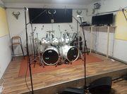 Proberaum mit Drums PA Monitor