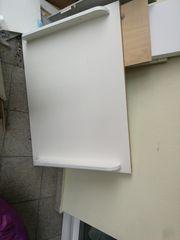 Wickelkommode mit defekten Schubladen