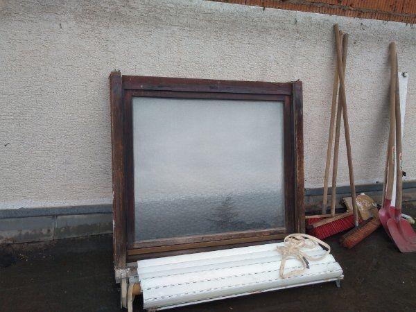 Holzfenster braun mit Rolladen und
