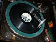 Schrank-Grammophon mit Nadeln und Platten