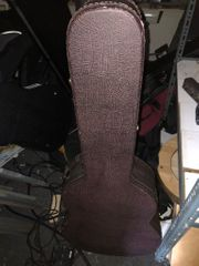 Brauner Gitarrenkoffer mit Polstern und