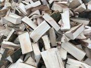 Trockenes Brennholz für diese Heizsaison