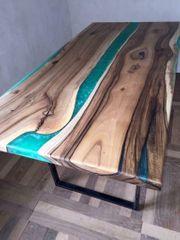 Tisch aus Holz und Epoxid