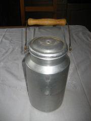 uralte Milchkanne mit Deckel aus