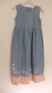 Schönes blaues Jeanskleid