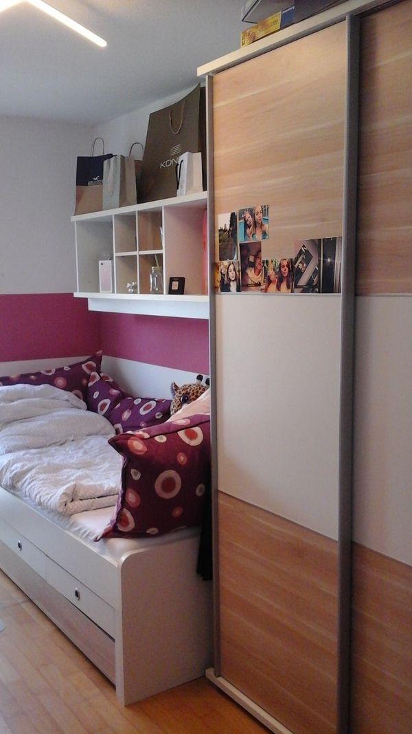 Jugendzimmer Mit Schrank Bett Schreibtisch Und Zwei Regale In