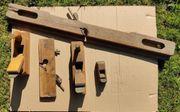 Alte Holzhobel in verschiedenen Größen