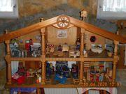 Puppenhaus aus Holz im Landhausstil