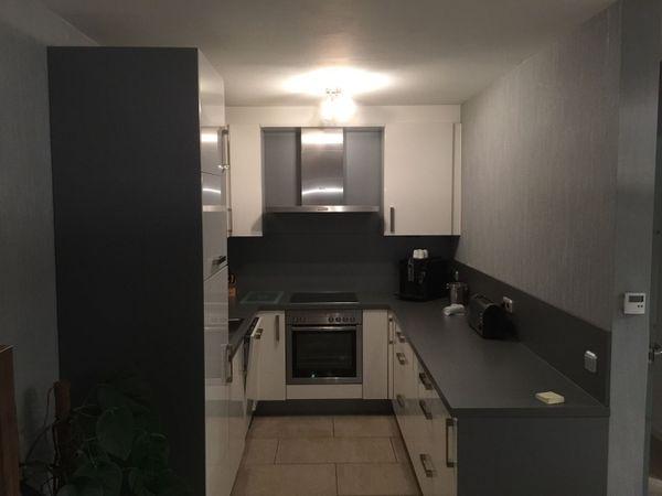Küche Nobilia Primo, Fronten Hochglanz Weiß, Sockel Carbon ...