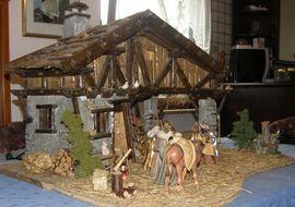 Große wunderschöne Weihnachtskrippe mit Figuren: Kleinanzeigen aus Karben Burg-Gräfenrode - Rubrik Sonstige Sammlungen