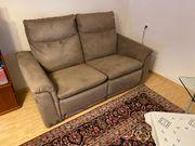 Couch mit Stellmotoren und Designertisch