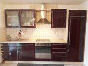 Hochglanz-Küche in Farbe Aubergine