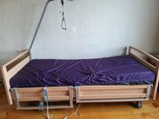 Pflegebett und Beistelltisch