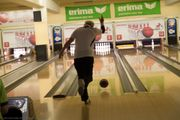 Fitte Rentner in für Team-Bowling