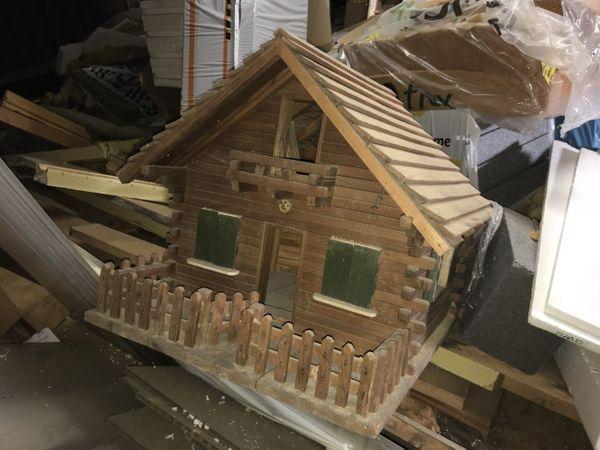 schönes kleines Holzhaus Puppenhaus