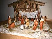 Weihnachtskrippe beleuchtet mit Figuren
