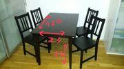Tisch mit vier Stühle