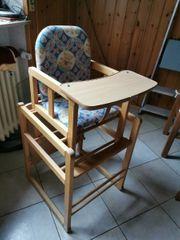 Hochstuhl in Stuhl mit Tisch